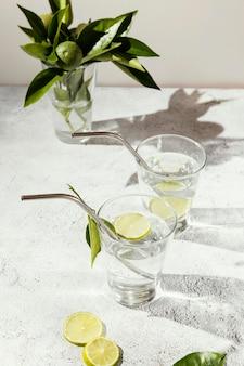 Glazen water met schijfjes citroen op tafel