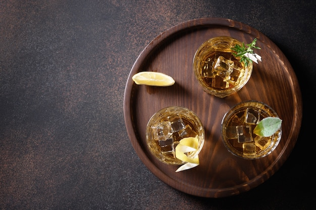 Glazen whisky met ijsblokjes