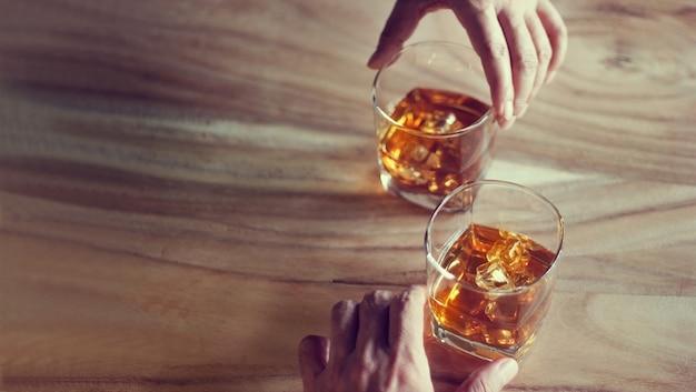 Glazen whisky op een tafel