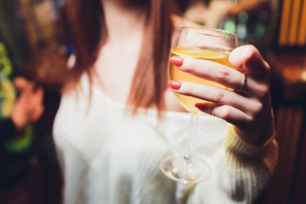Glazen wijn in de handen van vrouwen.