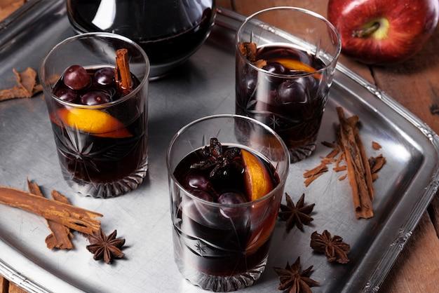 Glazen wijn met oranje hoge hoek