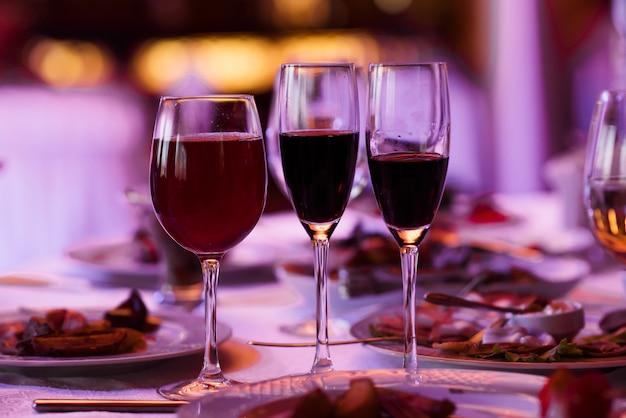 Glazen wijn op tafel.