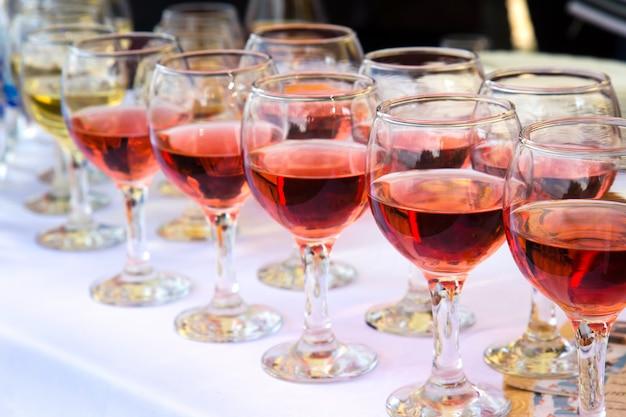 Glazen witte en rode wijn