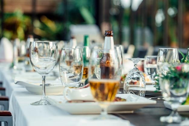 Glazen worden op de eettafel klaargemaakt.