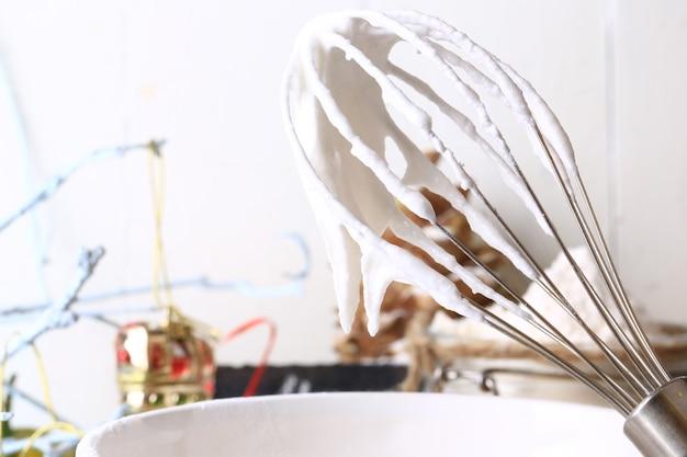Glazuur voor kerstgemberkoekjes glazuur losgeklopt eiwit met poedersuiker