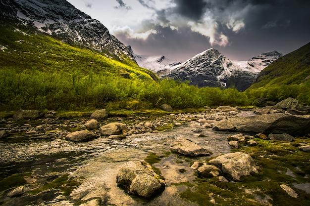 Gletsjer op de berg. schilderachtig landschap. natuurlijk behang. scandinavische berglandschap. lente achtergrond. nationaal park jostedalsbreen in noorwegen. bescherming van de natuur. opwarming van de aarde