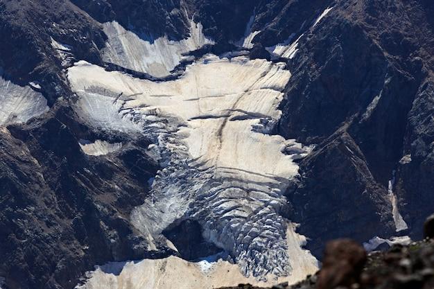 Gletsjer op de helling van de berg elbrus in de noordelijke kaukasus in rusland.