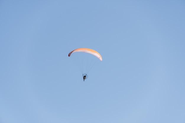 Glijscherm dat over saquarema-strand, rio de janeiro vliegt. zonnige dag met blauwe lucht op de achtergrond.