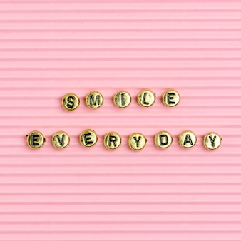 Glimlach elke dag kralen tekst typografie