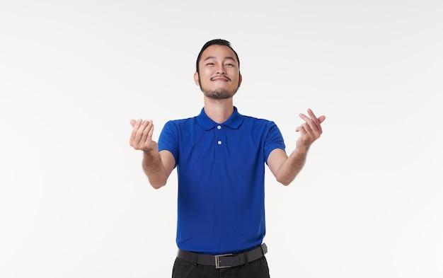 Glimlach en gelukkige aziatische man met open handgebaar presenteren een lege ruimte met inhoud. reclame modelconcept.