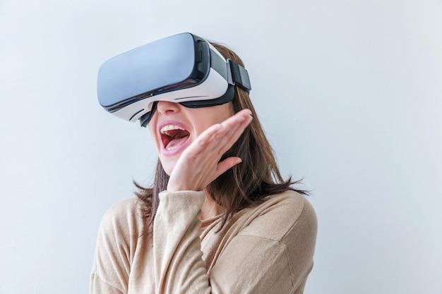 Glimlach jonge vrouw dragen met behulp van virtual reality vr bril helm headset