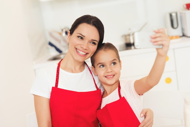 Glimlach mama en jong meisje. sweet time together.