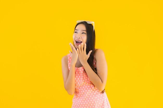 Glimlach van de portret de mooie jonge aziatische vrouw gelukkig