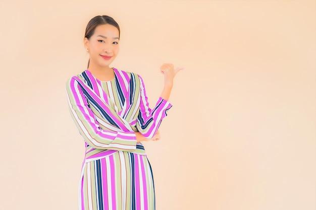 Glimlach van de portret ontspant de mooie jonge aziatische vrouw in actie op kleur