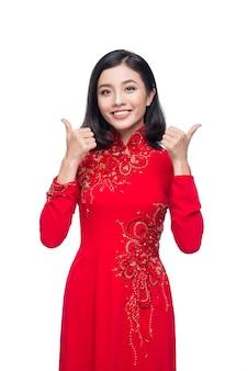 Glimlach vietnamese vrouw in jurk traditionele ao dai en introduceren op witte achtergrond.