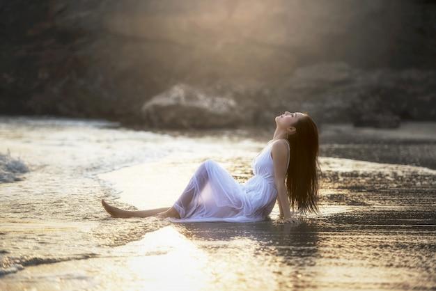 Glimlach vrijheid en gelukvrouw op strand. ze geniet van de serene oceaanaard