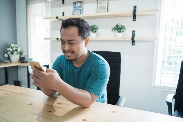 Glimlach zakenman luister goed nieuws met smartphone