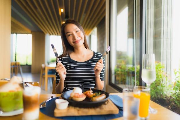 Glimlachen de portret mooie jonge aziatische vrouwen gelukkig in restaurant en koffiewinkelkoffie