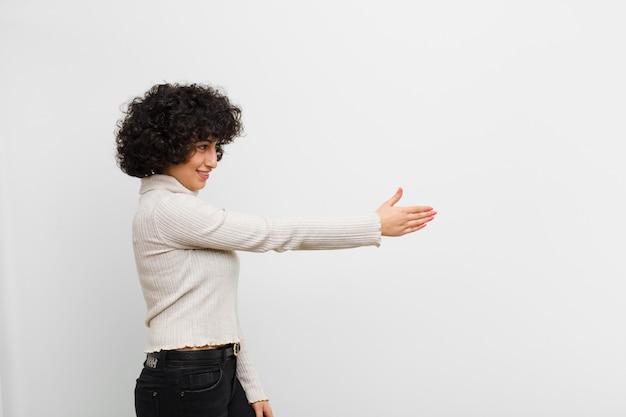 Glimlachen, u begroeten en een hand schudden om een succesvolle deal, samenwerkingsconcept te sluiten