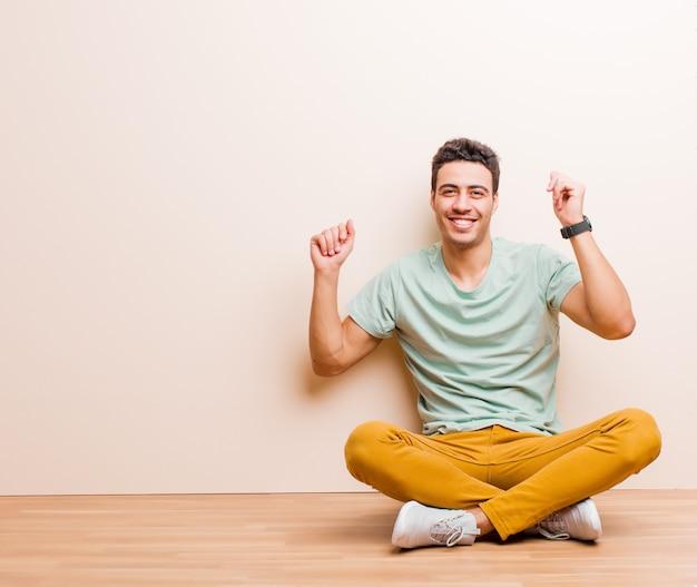 Glimlachen, zorgeloos, ontspannen en gelukkig zijn, dansen en naar muziek luisteren, plezier maken op een feestje