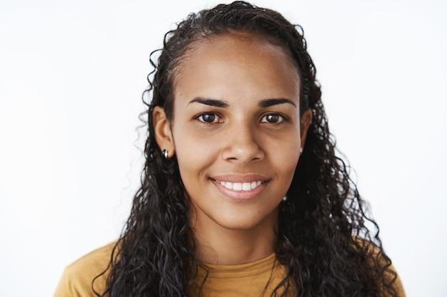 Glimlachend afrikaans-amerikaans meisje in bruine t-shirt