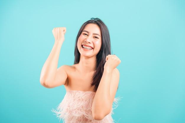 Glimlachend aziatisch mooi vrouw het vieren succes