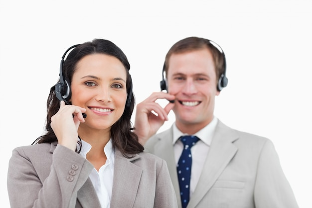 Glimlachend call centreteam met hun hoofdtelefoons
