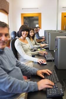 Glimlachend computerklas