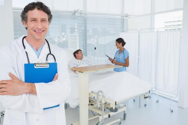 Glimlachend de patiëntendossier van de artsenholding