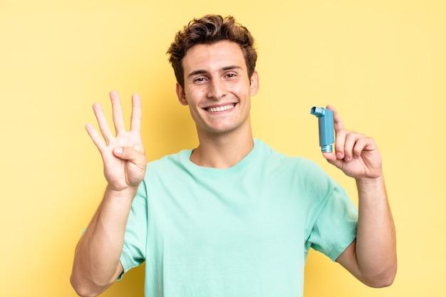 Glimlachend en vriendelijk kijkend, nummer vier of vierde tonend met de hand naar voren, aftellend. astma concept