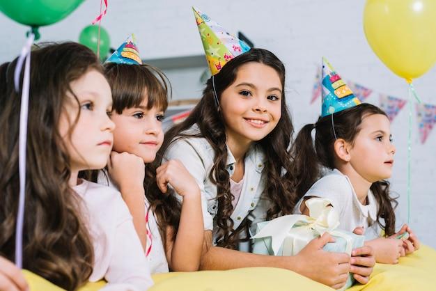 Glimlachend feestvarken met haar vrienden die in de partij genieten van