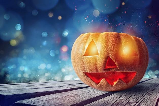 Glimlachend gesneden pompoen van halloween met gloeiende ogen
