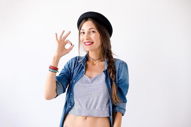 Glimlachend hipster meisje die ok teken tonen,