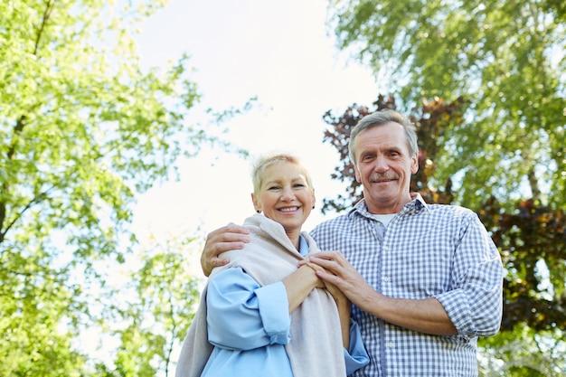 Glimlachend hoger paar dat in park loopt