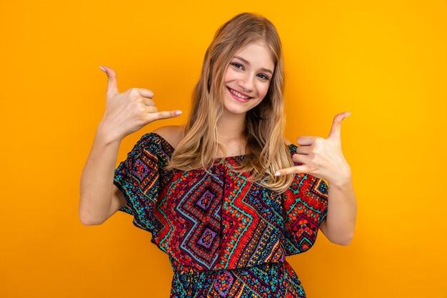 Glimlachend jong blond slavisch meisje gebaren hangen los teken