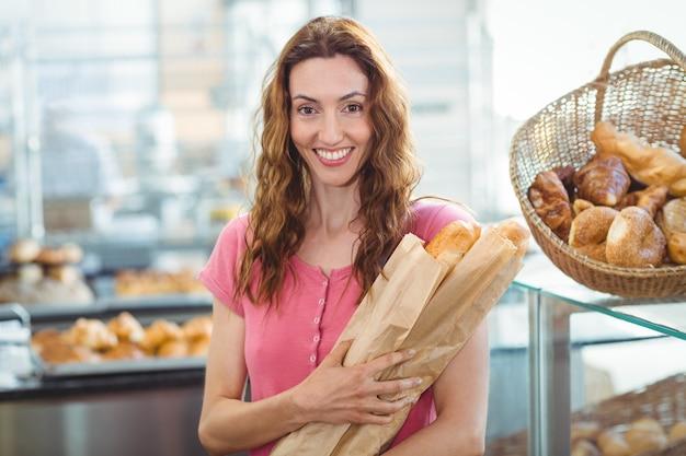 Glimlachend jong brunette met baguettes