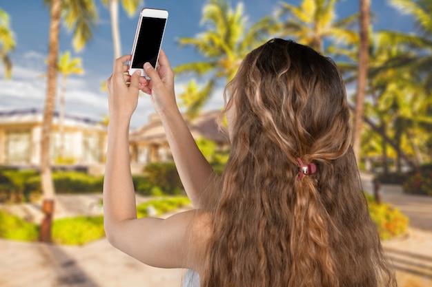 Glimlachend jong meisje dat selfie foto op smartphone maakt