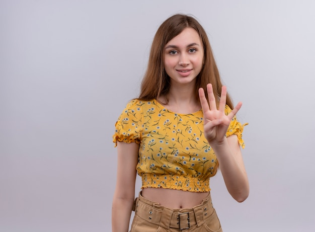 Glimlachend jong meisje dat vier op geïsoleerde witte muur met exemplaarruimte toont
