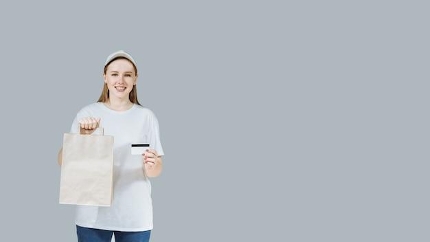 Glimlachend jong meisje in witte kleren