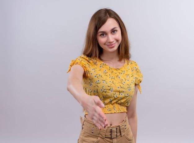 Glimlachend jong meisje uitrekkende hand op geïsoleerde witte muur met exemplaarruimte