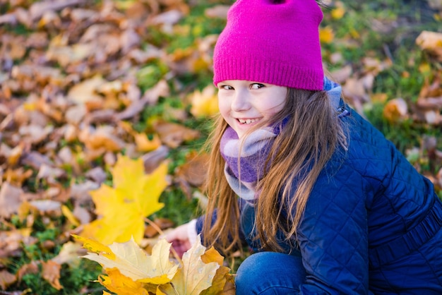 Glimlachend kind van de basisschoolleeftijd bij de herfstwandeling