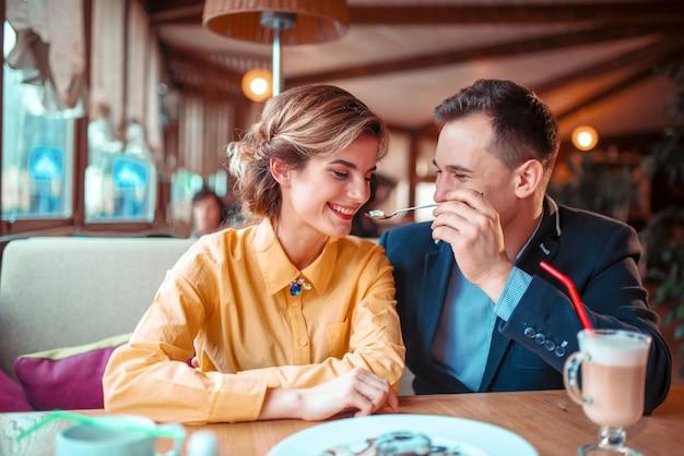 Glimlachend liefdepaar op romantische date in restaurant