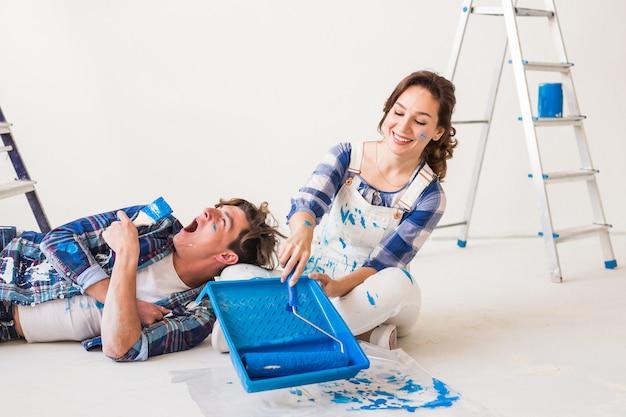 Glimlachend liefdevol paar dat huisrenovaties doet