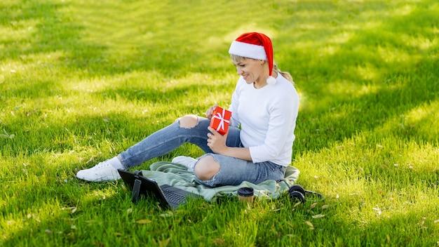 Glimlachend meisje dat online met een creditcard winkelt. kerstcadeau kopen