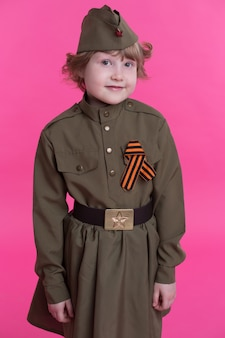 Glimlachend meisje in het uniform van soldaten