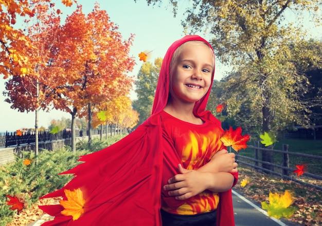 Glimlachend meisje in kostuum