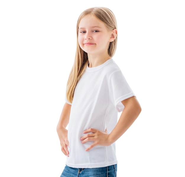 Glimlachend meisje in witte lege t-shirt geïsoleerd op een witte achtergrond