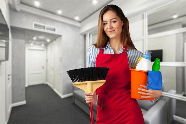 Glimlachend meisje klaar voor het schoonmaken