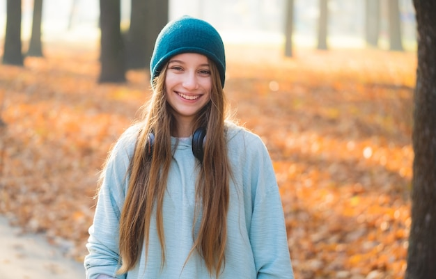 Glimlachend meisje met hoofdtelefoons