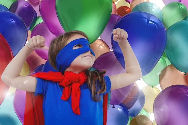 Glimlachend meisje met kleurrijke ballonnen achtergrond